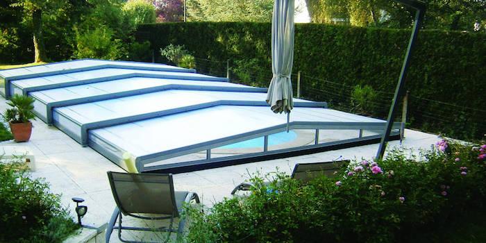 exemple d abri de piscine plat pour protéger sa piscine sans pouroir baigner à toiture rabattue