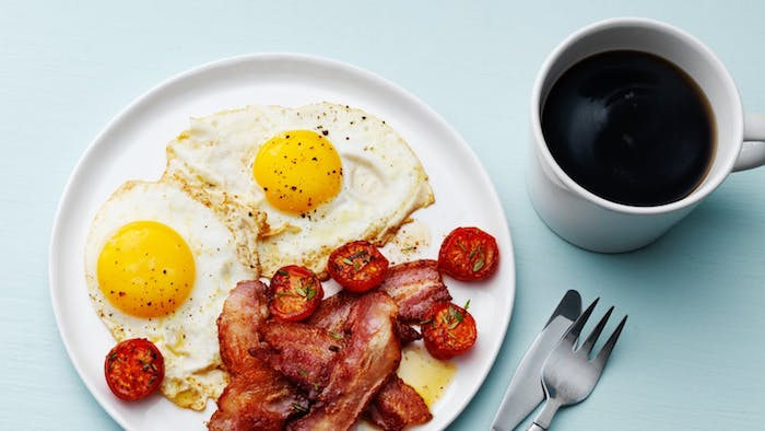 tomates cerise rotis, oeufs et lardons dans une assiette blanche avec café noir, idée de menu pour maigrir, petit dejeuner cetogene