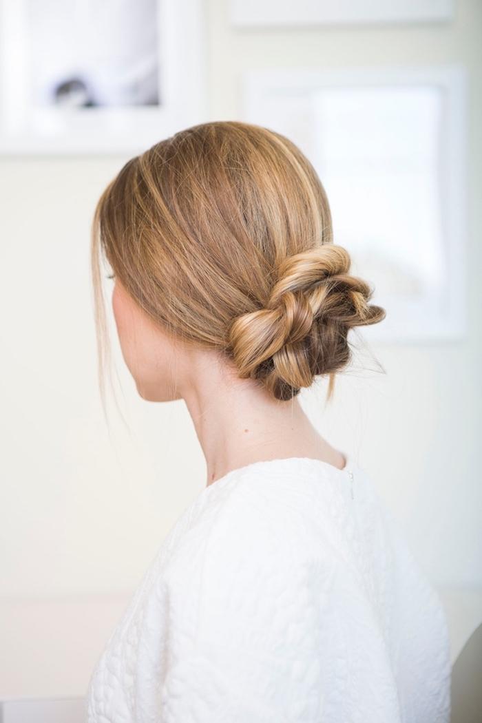 belles coiffures, idée comment faire un chignon tressé, tuto coiffure simple cheveux long, chignon bas volumineux sur cheveux blonds