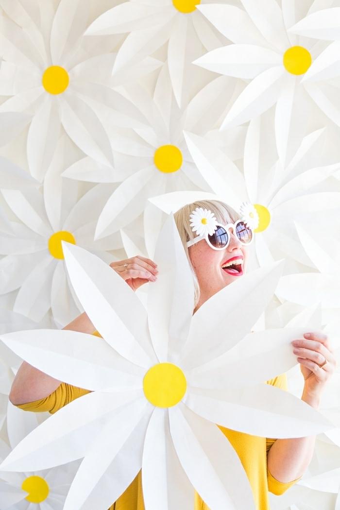 paquerettes blanches, idée déco mur fleurs blanches, créer un décor mural en papier