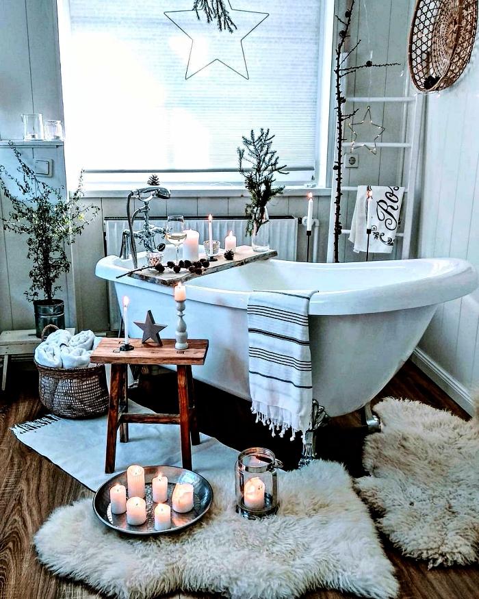 inspiration salle de bain avec baignoire au décor cocooning hivernal de bois et de matières douillettes