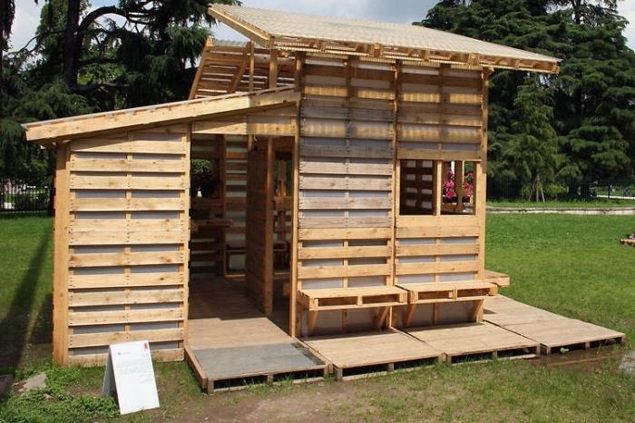 DIY cabane de jardin enfant pas cher, idée bricolage avec palette bois, modèle maison bois à faire soi-même