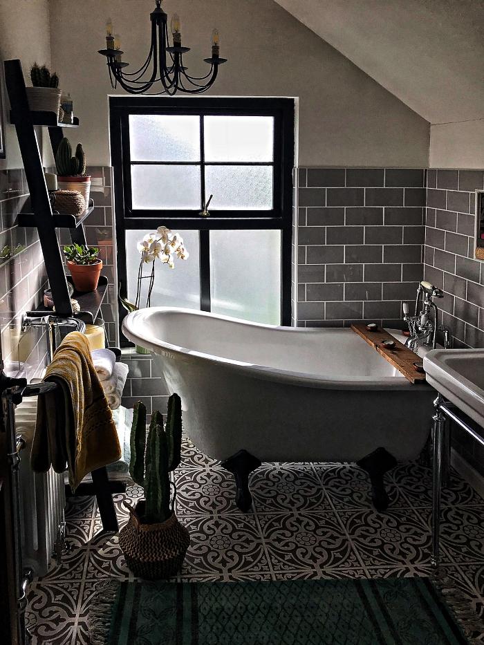 idee salle de bain petite surface aménagée sous les combles avec baignoire sur pieds vintage et une étagère échelle décorée de mini-pots de plantes