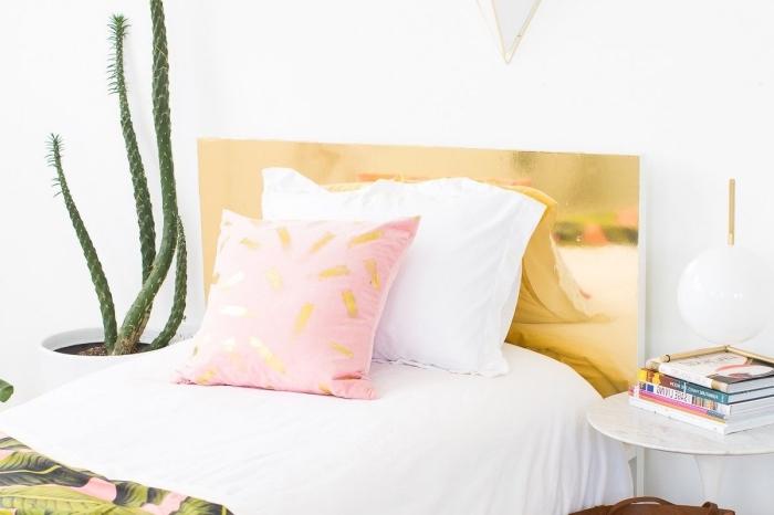 design intérieur dans une chambre à coucher fille, idée pour faire une tete de lit effet glamour avec peinture or