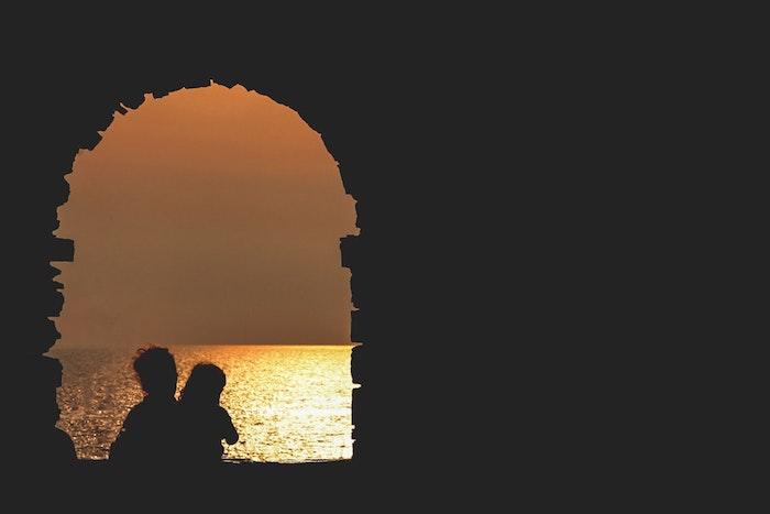 Image bonne fête des mères, idee fete des meres, inspiration pour la fete, photo au coucher de soleil au bord de la mer silhouettes de femme et son enfant