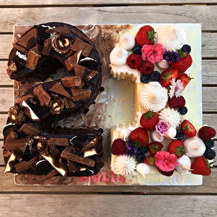 recette number cake deux chocolats, gâteau d'anniversaire 21 au glaçage de chocolat noir et blanc, garni de barres chocolatées et de fruits rouges