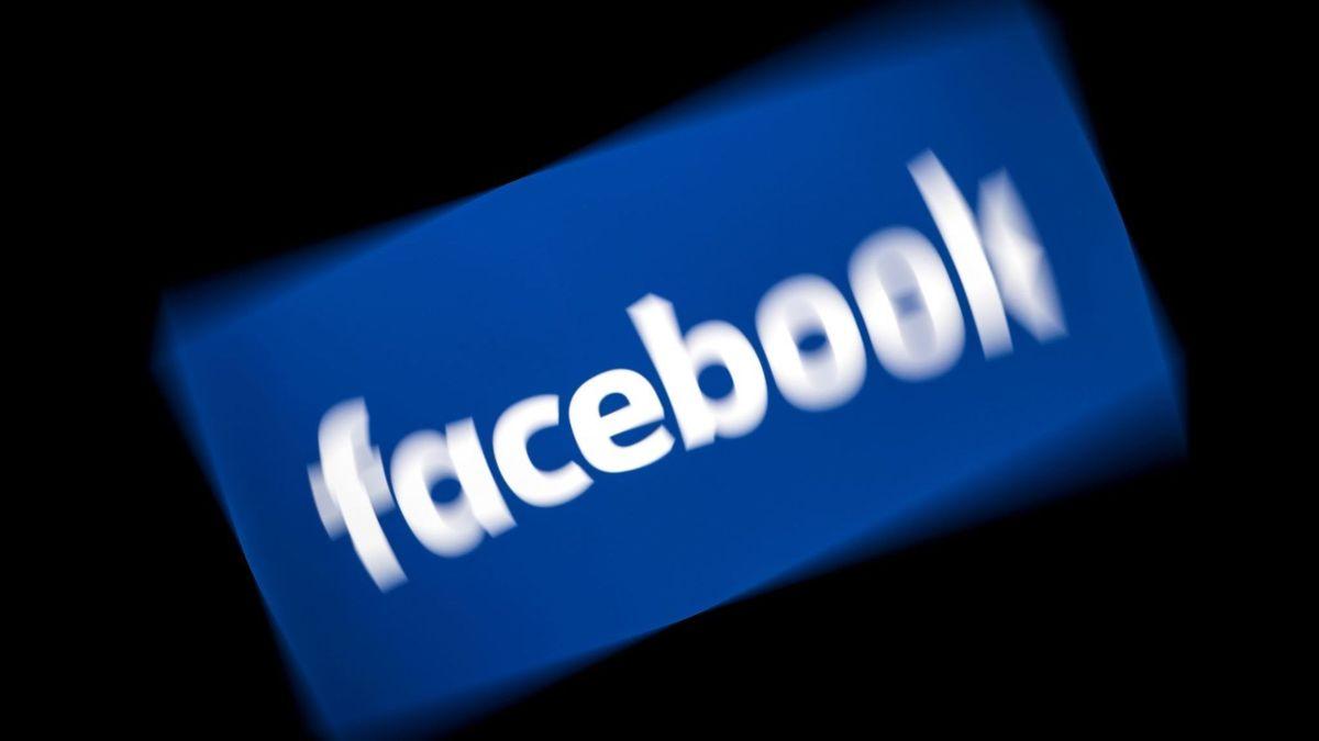 logo Facbook flouté pour illustrer panne générale des services le dimanche 13 avril