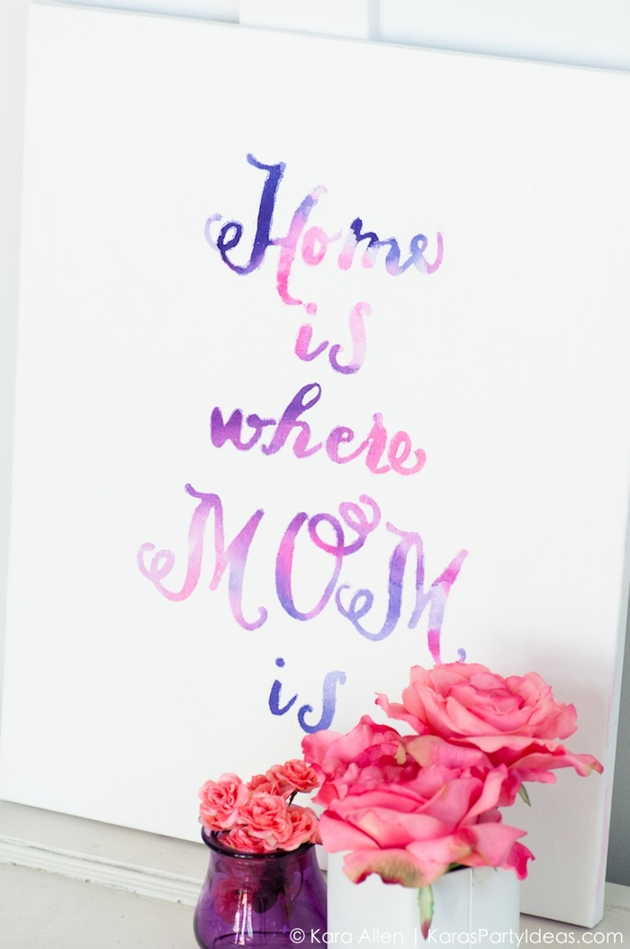 decoration murale citation en couleurs douces, inscription sur feuille de papier en lilas et rose
