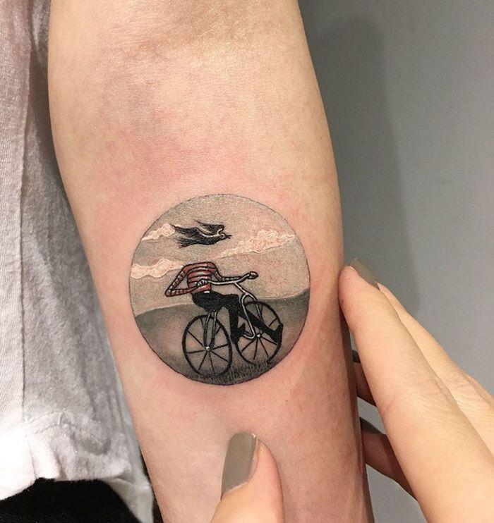 Bicyclette et homme tête dans les nuages et oiseau tatouage old school, tatouage graphique, technique du tatouage