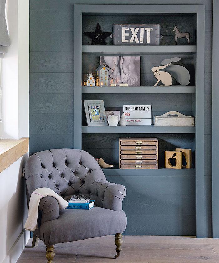 Coin de lecture avec fauteuil confortable, comment bien ranger sa chambre, idée rangement chambre, bibliothèque dans le mur