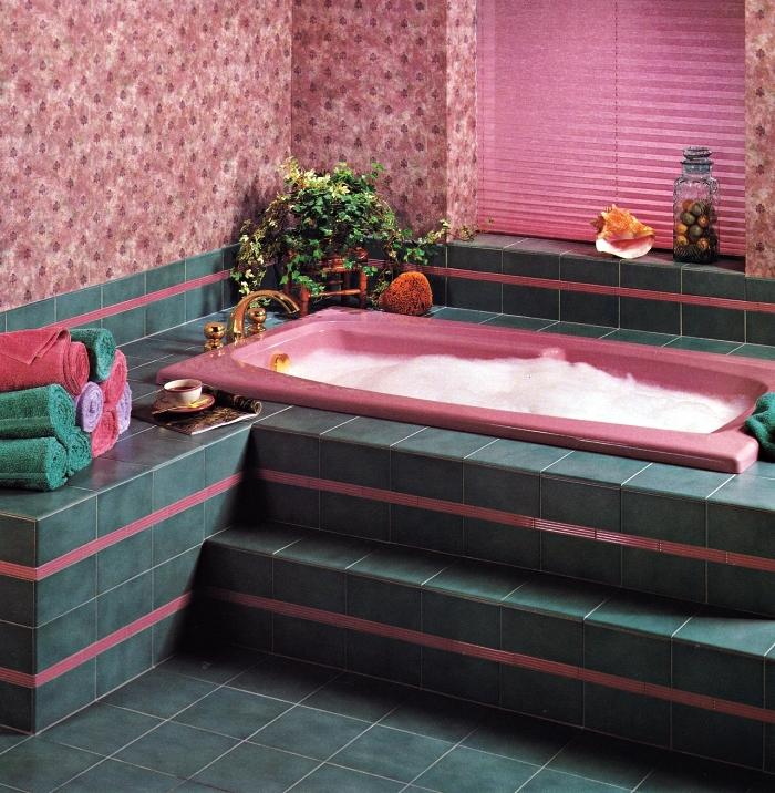 salle de bain pinterest en rose et vert avec baignoire encastrée surélevée, salle de bains au design féminin