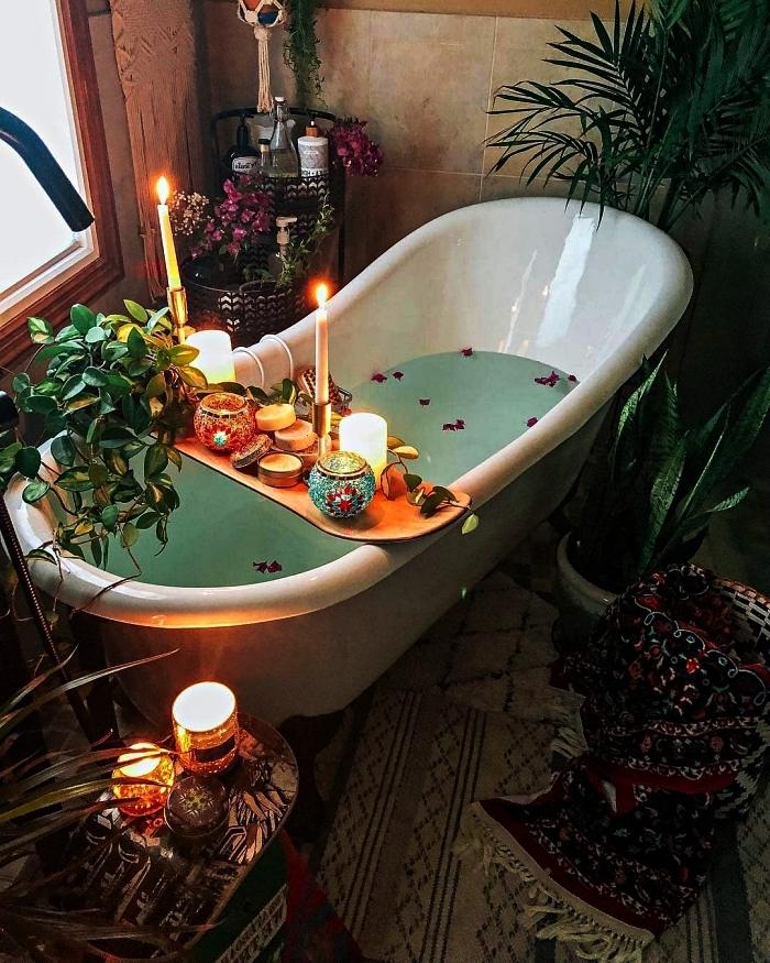 coin d'une sale de bains pinterest avec baignoire entourée d'une végétation luxuriante et d'un décor lumineux de bougies