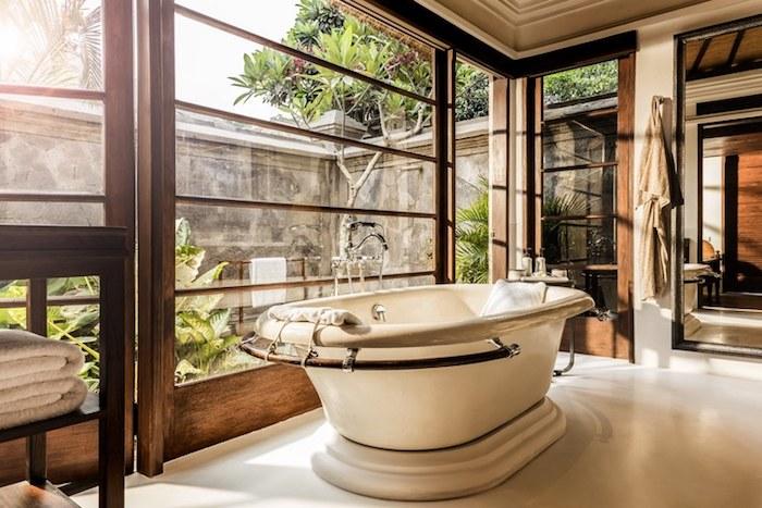 Baignoire vintage verre fenetres grandes, idées et inspiration salle de bains noir et bois, ikea meuble salle de bain