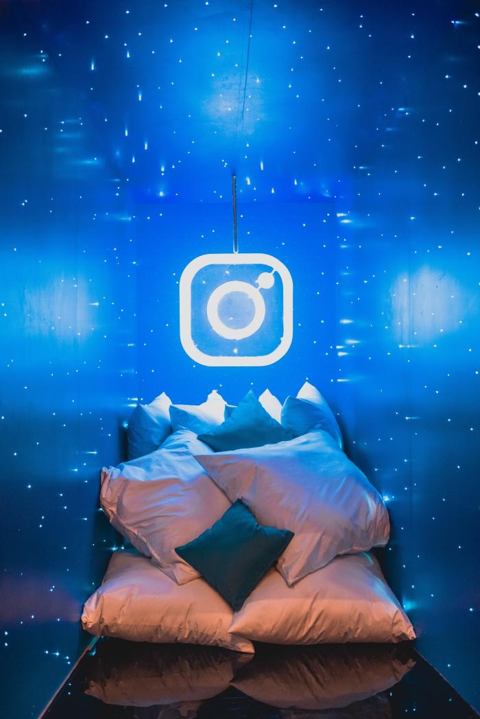idée fond d écran cool, exemple de photo à design logo instagram dans une petite chambre étroite aux murs bleus