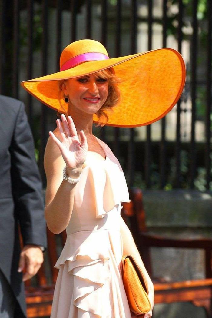 robe rose volants, capeline impressionnante, chapeau femme été, rebords de capeline asymétriques