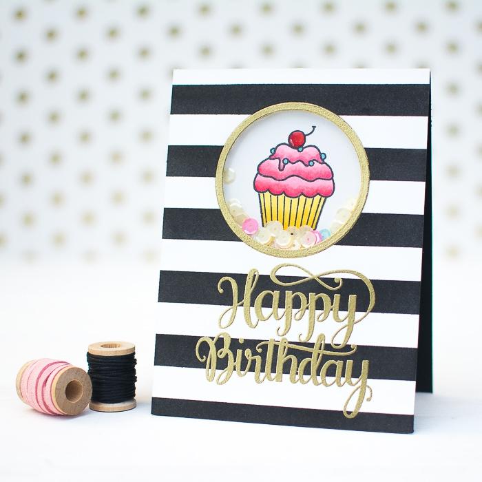 carte d'anniversaire fille en noir et blanc avec fenêtre rond remplie de sequins et dessin cupcake, shaker card avec lettrage manuscrit doré