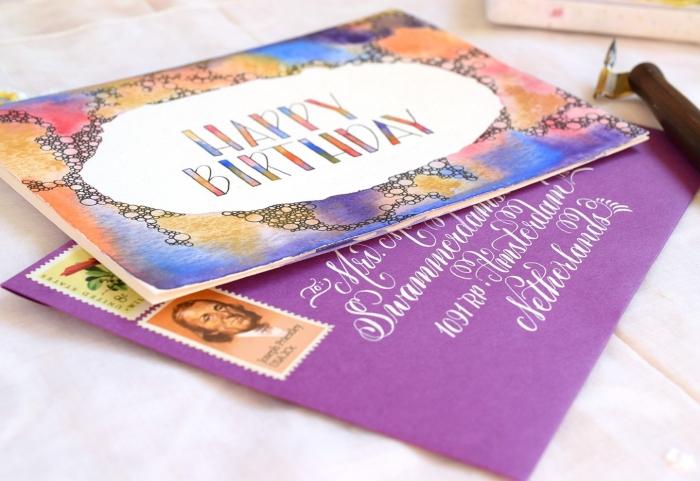 jolie carte fête anniversaire avec bordure à l'aquarelle, effet tâches d'aquarelle pour décorer une carte de voeux faite-maison