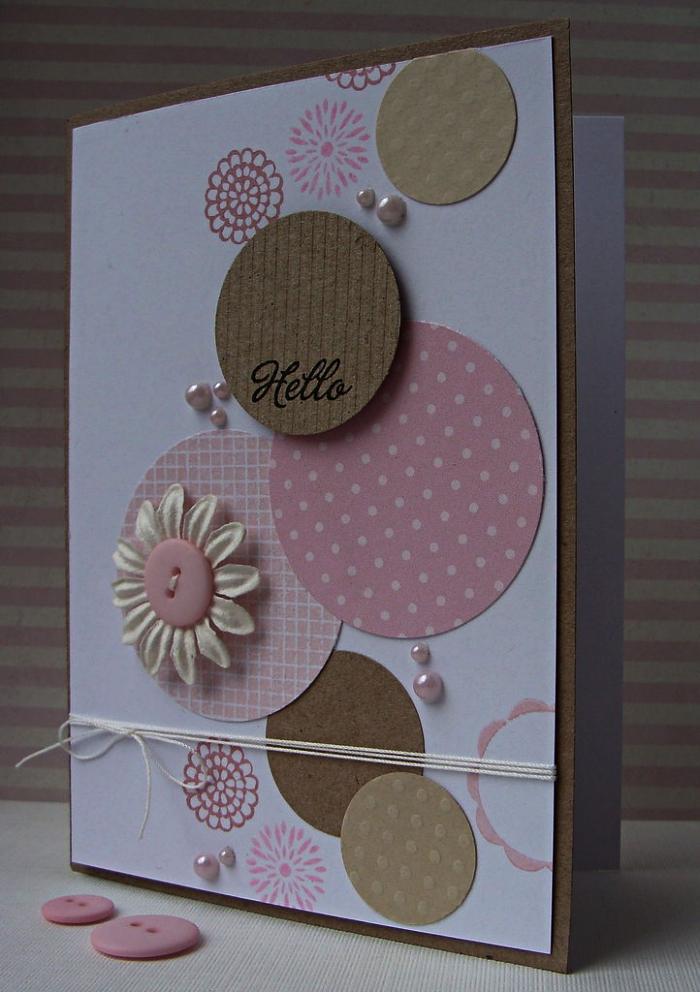 jolie carte bonne fête d'anniversaire en papier blanc décorée de cercles en papier kraft ou en papier imprimé rose, avec petits embellissements