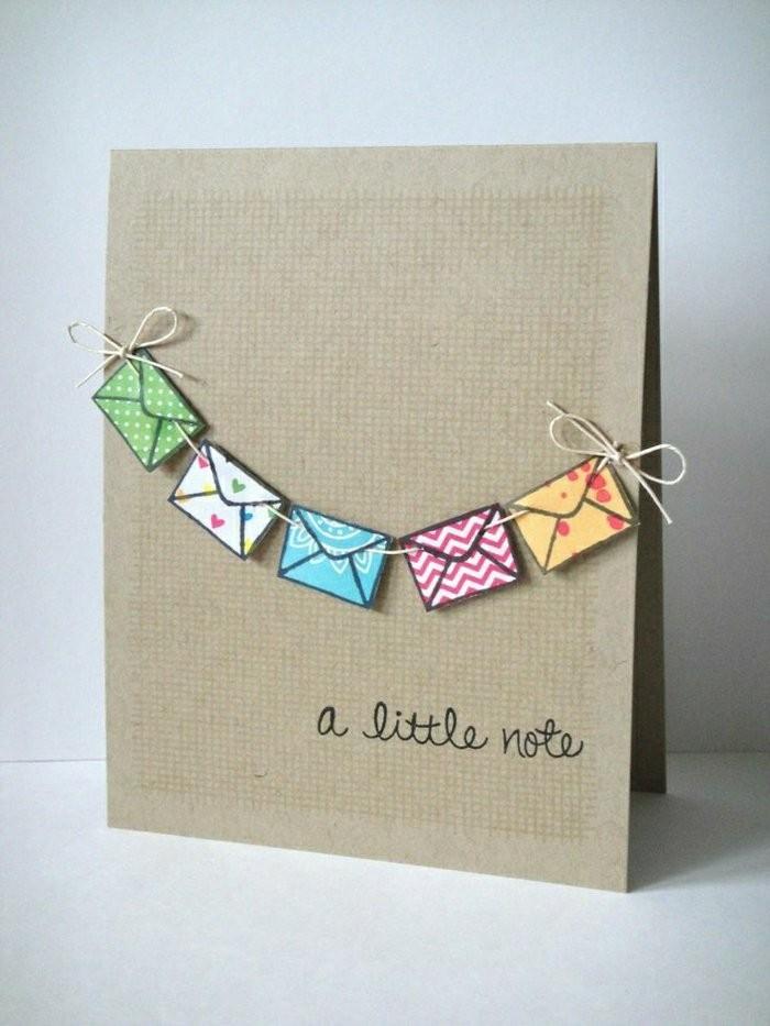 jolie carte d'anniversaire en papier kraft décorée d'une petite guirlande à mini enveloppes multicolores
