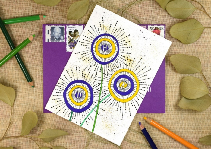 jolie carte anniversaire femme à motifs floraux graphiques dessinés au feutre noir et coloriées avec des crayons