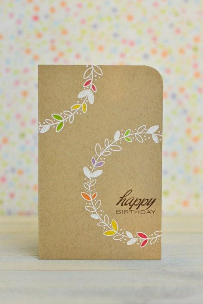 idée pour fabriquer une carte d'anniversaire en papier kraft, carte de vœux personnalisée à motif couronne de fleurs réalisée au feutre blanc
