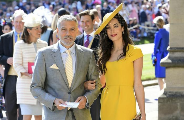 chapeaux mariage en jaune et blanc, George Clooney et sa dame en robe jaune