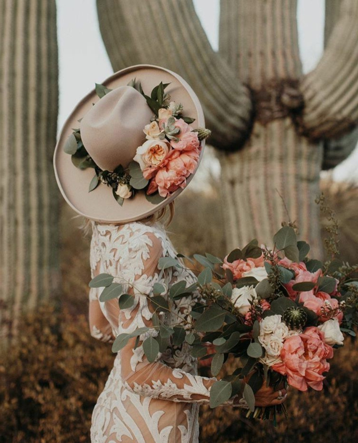 tenue mariée champêtre, robe de mariée dentelle illusion, chapeau ceremonie, couronne de roses autour du chapeau