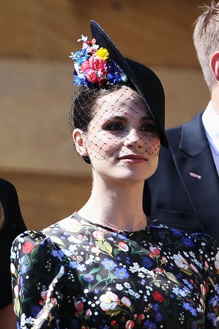 robe florale, chapeau bibi, fleurs colorées, voilette cage d'oiseau, manches légèrement bouffantes