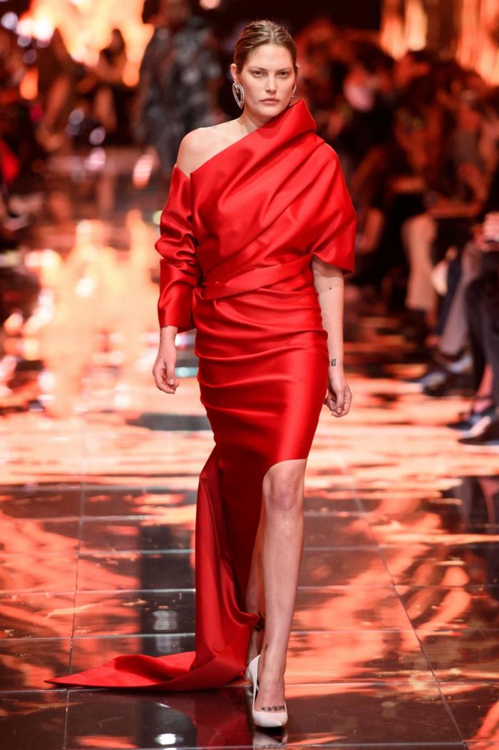robe de soirée chic et glamour, robe rouge asymétrique, hauts talons blancs, traîne asymétrique