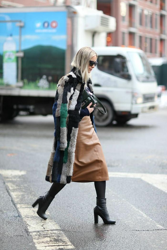 jupe en cuir, manteau style patchwork, bottes noires, collant noir, sac à main tendance