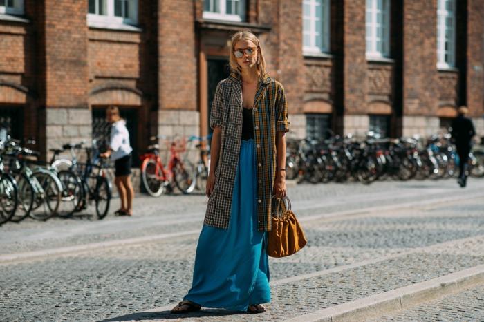 jupe bleue, sac orange, longue chemise déboutonnée, silhouette allongée, mode ete 2019