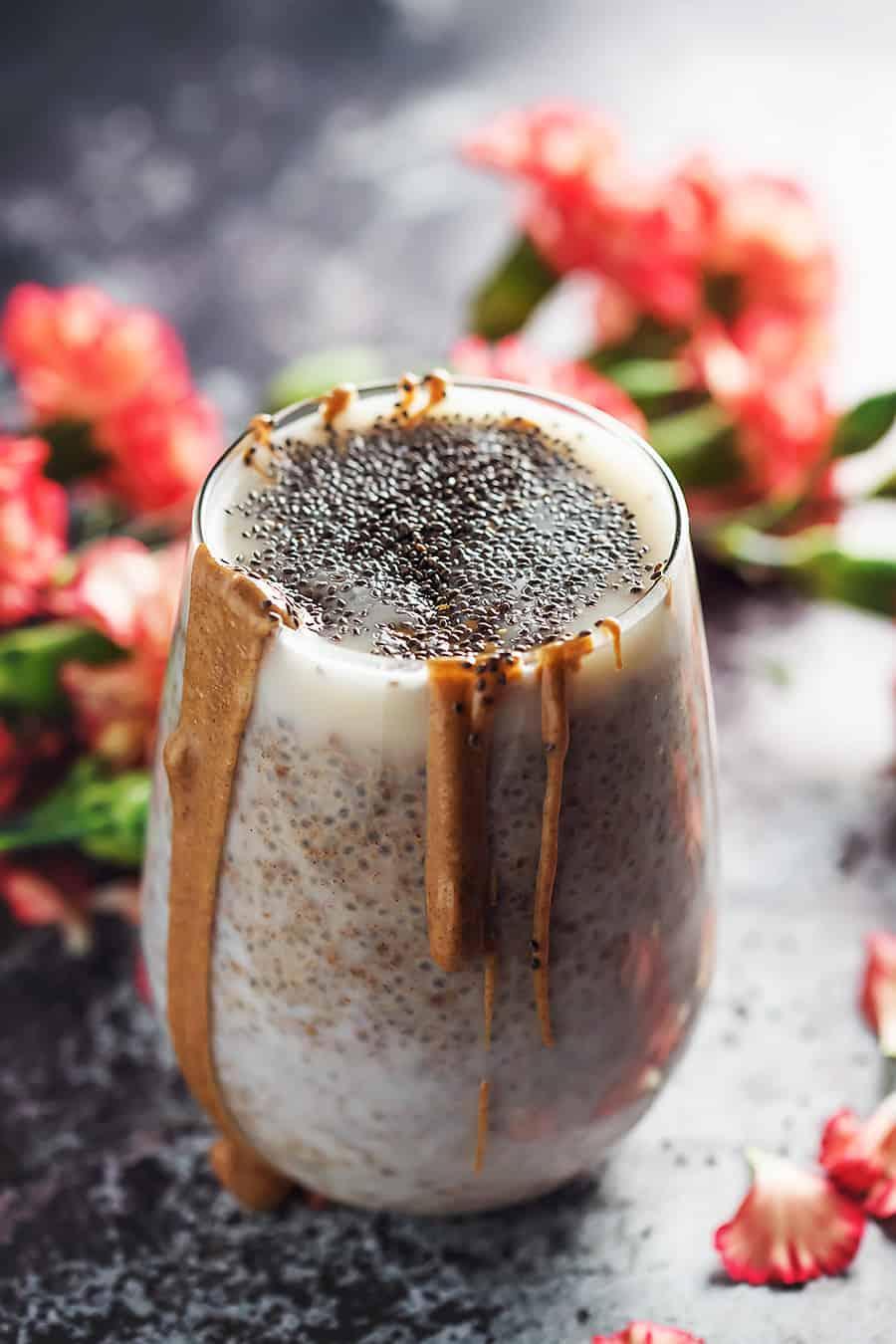 idee de keto chia pudding recette de petit dejeuner avec lait d amande, graines de chia et beurre d amande