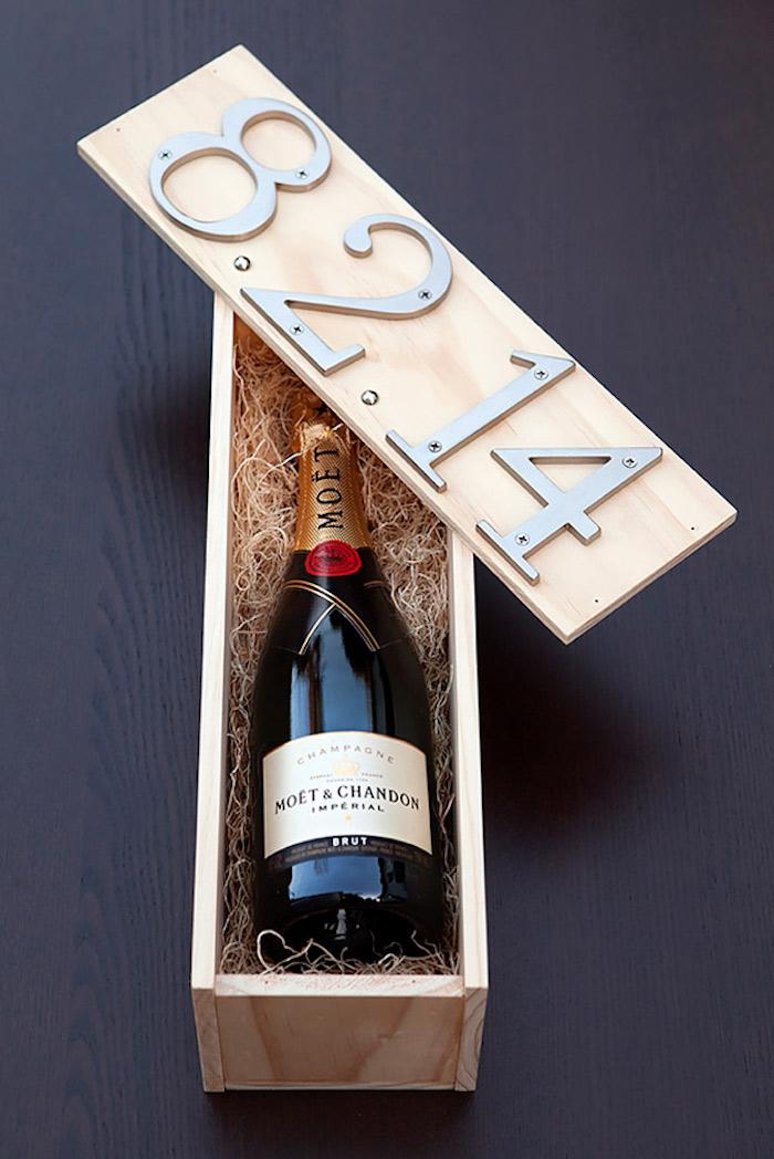 Vin dans une boite en bois personnalisée avec la date de mariage, cadeau fait main, idée cadeau pour mariage, tendances chez les cadeaux