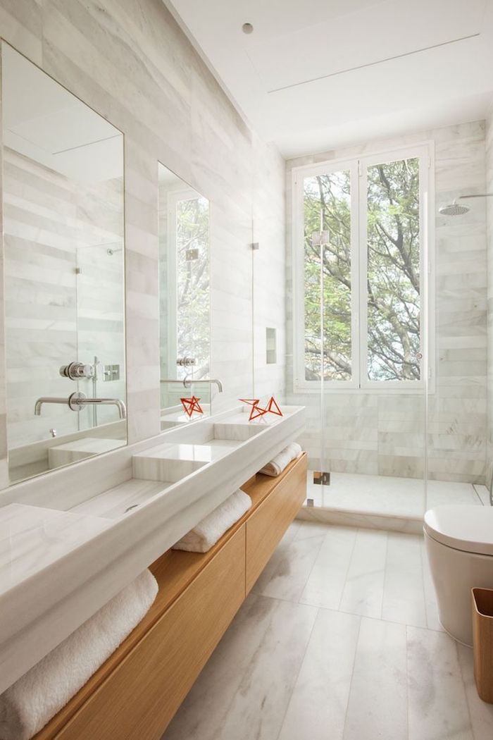 Fenêtre dans la salle de bain zen avec décoration simple et beau, choix de couleurs et de design, blanc et bois combinaison déco