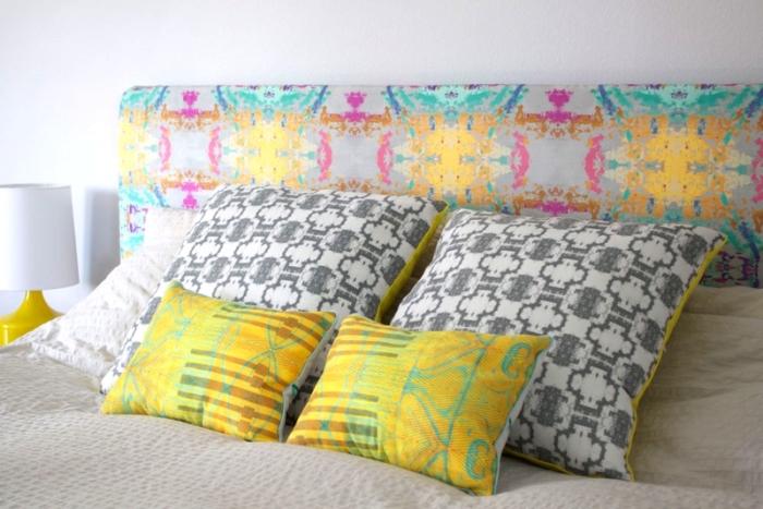 modèle tete de lit a faire soi meme, comment décorer une chambre à coucher blanche avec accessoires en couleurs vives