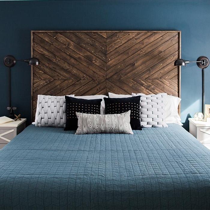 modèle de tête lit en bois brut fait main, quelle peinture pour une chambre moderne, déco chambre aux murs bleu foncé