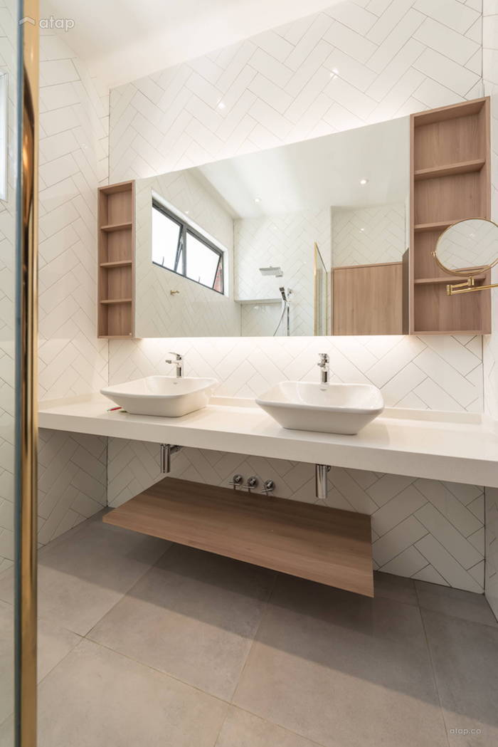 Miroir avec côté de rangement, deux lavabos, modele salle de bain, baignoire et douche idées comment l'aménager