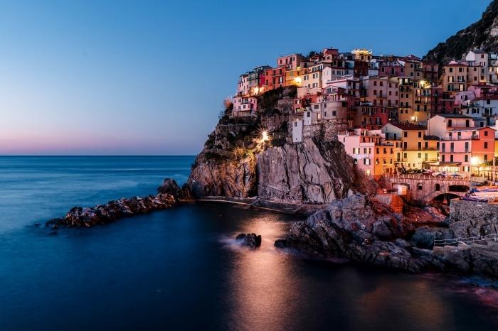 idée wallpaper pc avec photo village et mer, exemple quelle lumière pour prendre de jolies photos, photographie paysage de nuit