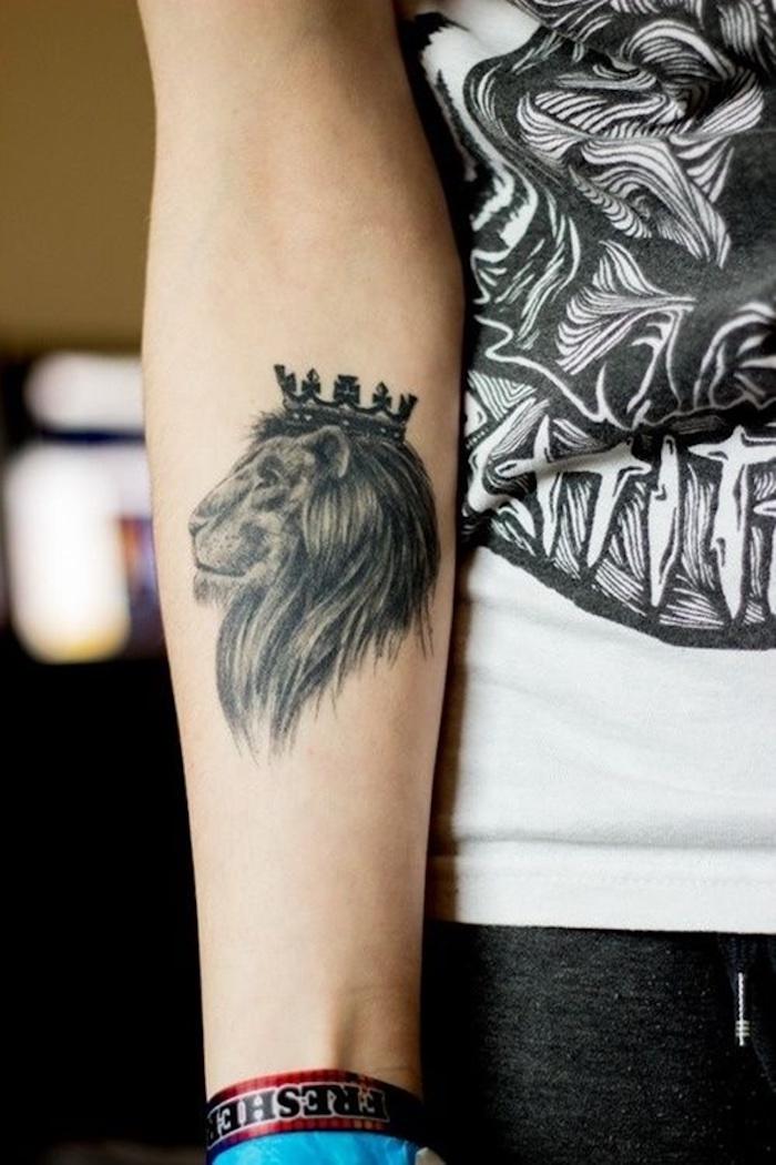 Lion sur l'avant bras graphique roi de la jungle tatouage swag, tatouage avant bras, dessin sur la peau