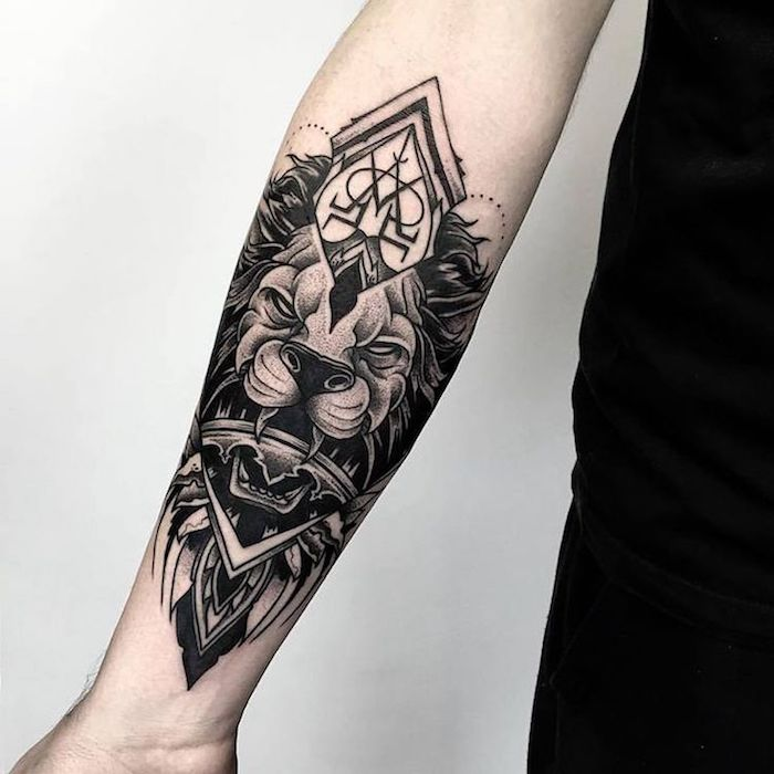 Lion avec initiales sur la couronne de tete, inspiration tatouage avant bras, tatouage swag le roi de la foret