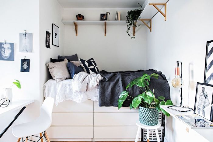 Petit espace bien aménagé, meuble de rangement, comment bien ranger une chambre à coucher, lit haut avec rangement en dessous et étagères en haut