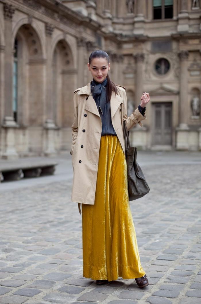 jupe en daim longue couleur tendance 2019, trench coat beige, chemise originale et gros sac à main