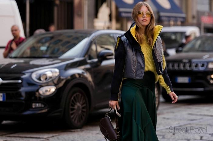 tenue femme style casual, longue jupe verte, pull jaune, sacoche femme, veste sans manches