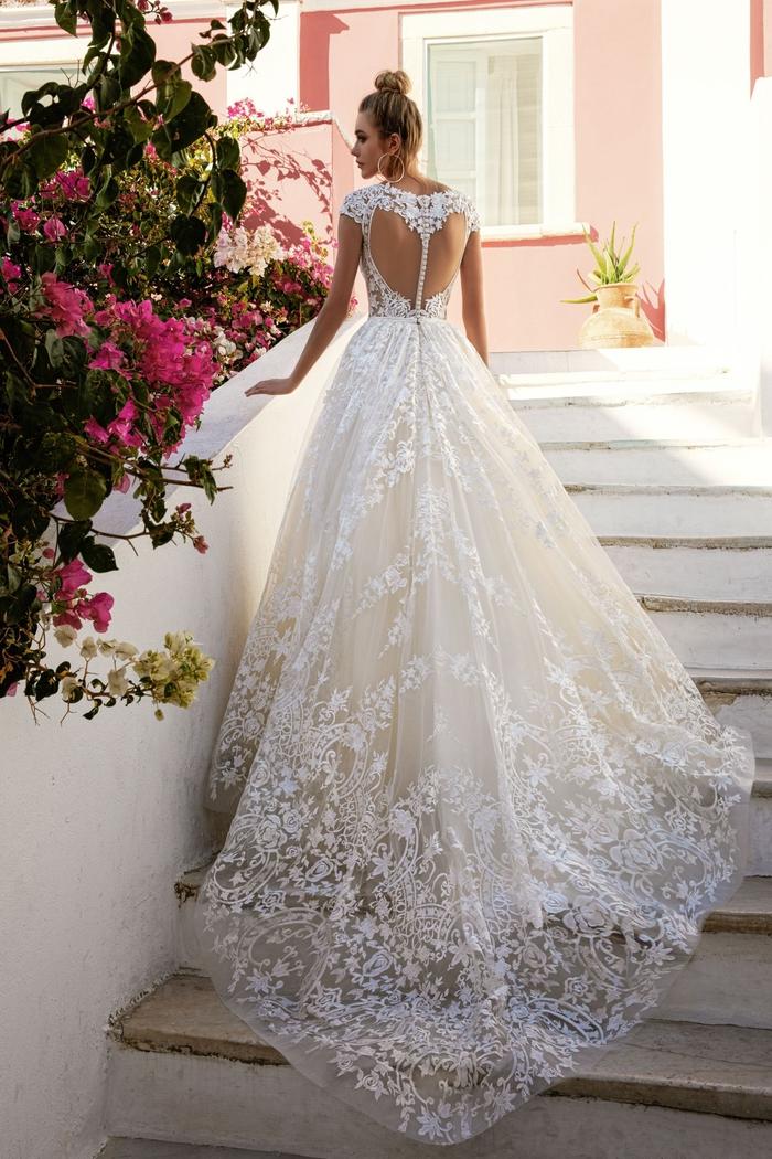 Longue traine robe de mariée fourreau ou silhouette en A, choisir sa robe de mariage selon sa morphologie, fleurs roses
