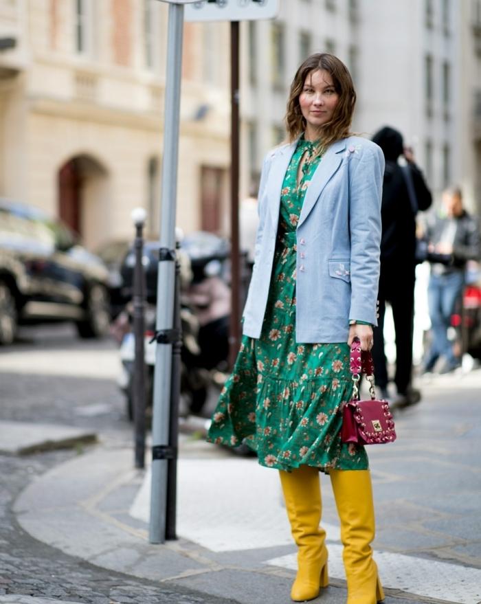 longues bottes jaunes en couleur tendance 2019, robe florale, sac rouge, veste denim longue