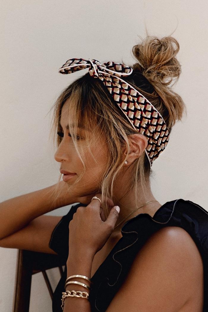 chignon flou haut accompagné d'un foulard avec quelques mèches qui s'échappent de la coiffure, coiffure facile et rapide pour les jours chauds