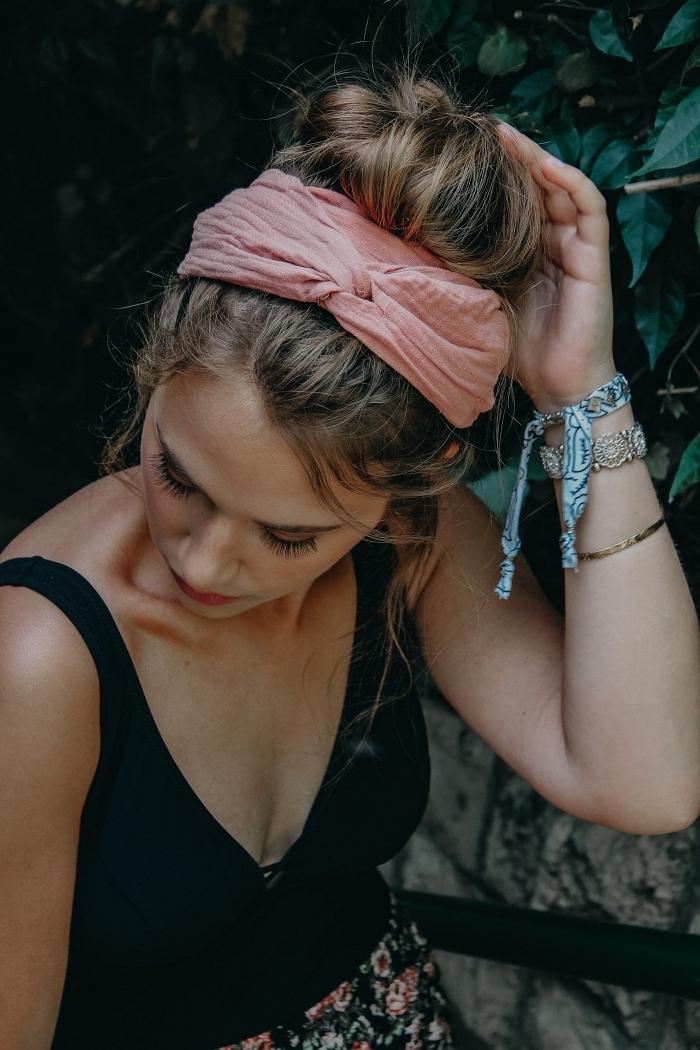 chignon bun haut et flou accessoirisé avec un headband rose, chignon boheme facile et rapide, coiffure tendance pour l'été