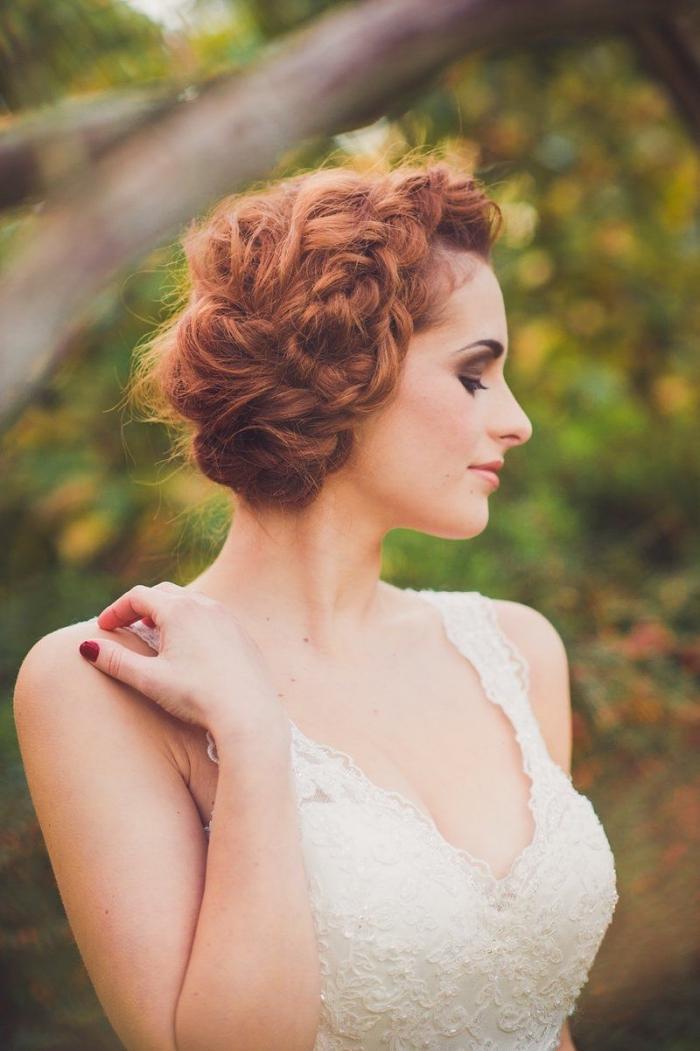 coiffure mariage boheme chic, chignon bas légèrement de côté avec tresse sur cheveux longs et bouclés