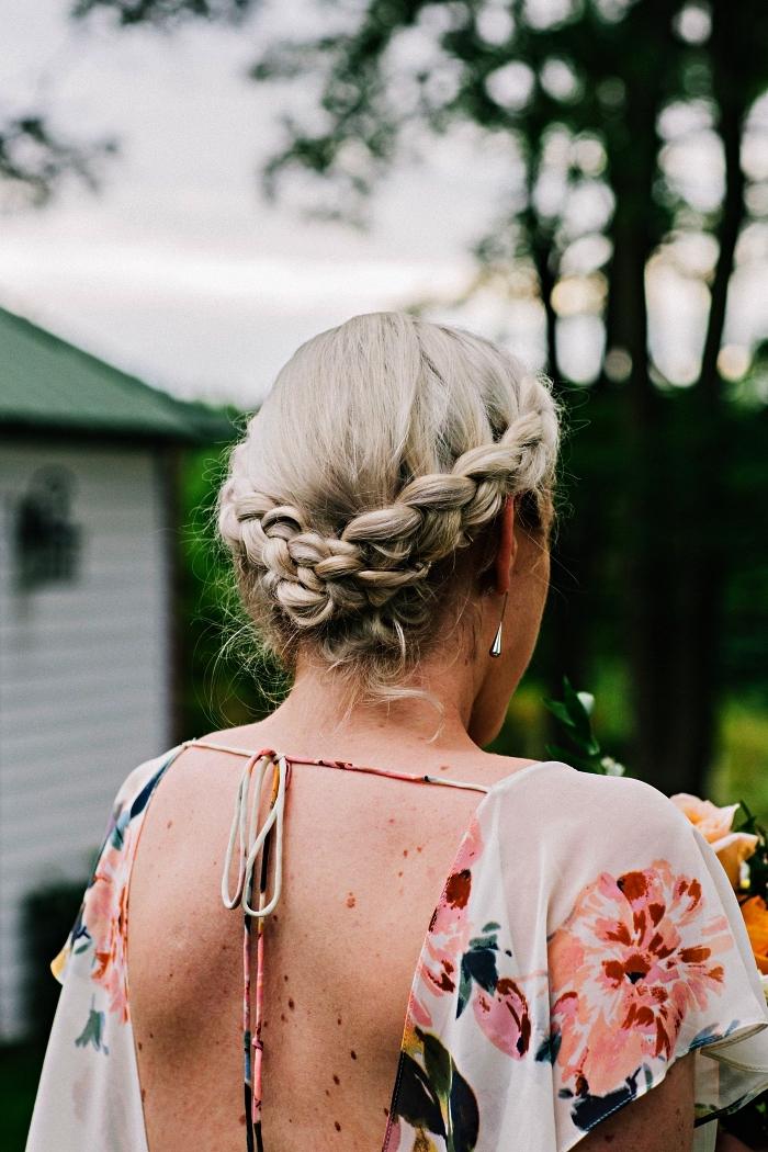 coiffure bohème chic pour assister à un mariage, couronne de tresses élaborées assemblées en chignon en bas de la nuque