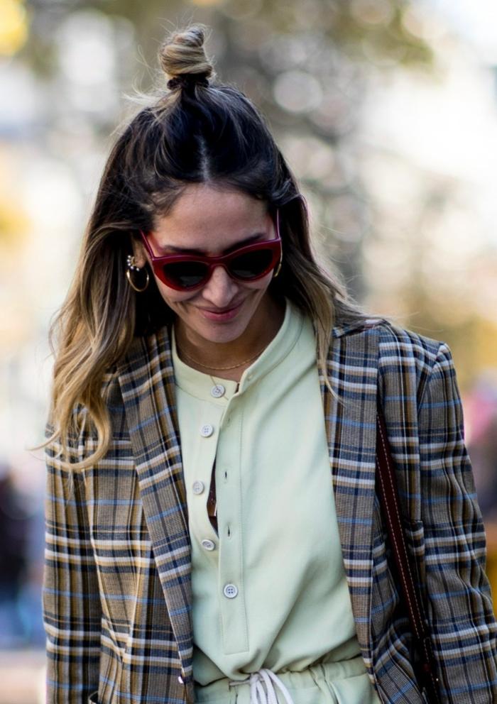 look femme année 2019, veste carreaux, robe style casual, demi bun, cheveux longs